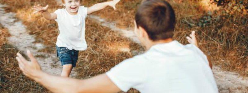 Niño corriendo a abrazar a su padre.